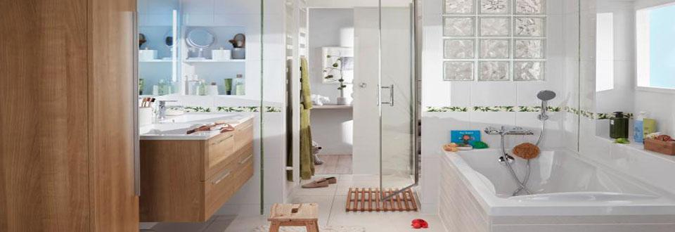 Petite salle de bain avec baignoire et toilette salle de - Store de salle de bain ...
