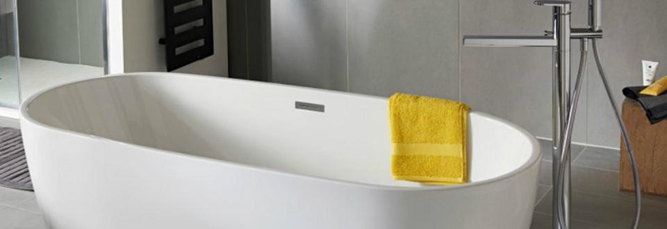 Baignoire en ilot et robinet r tro pour salle de bain vintage - Colonne de baignoire ilot ...