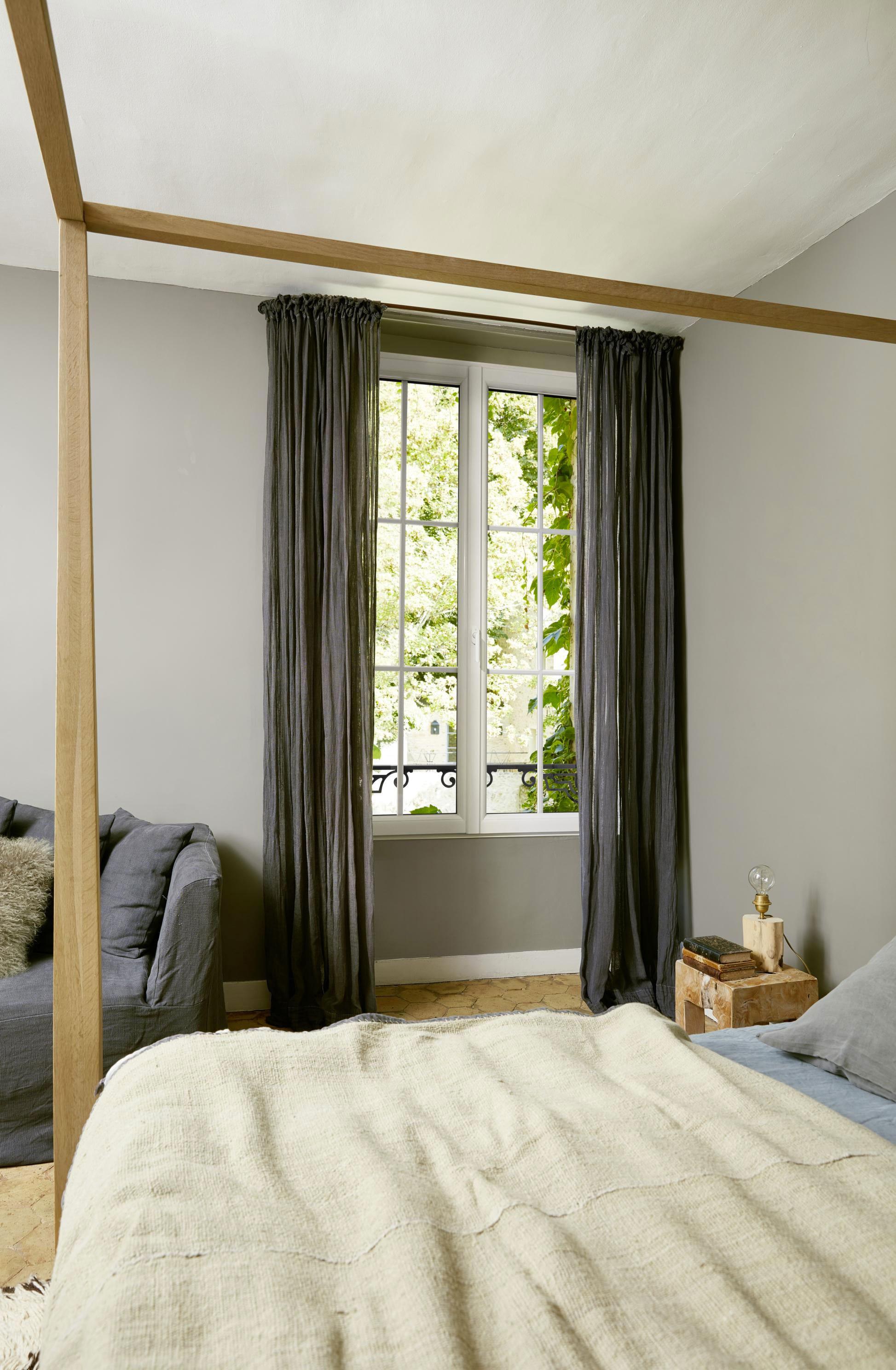 Fenêtre sur mesure avec rideaux gris dans une chambre aux tons gris et écru