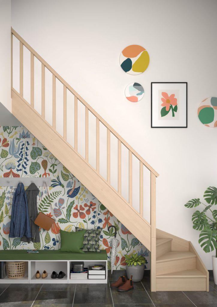 Espace détente sous escalier avec déco colorée et papier peint