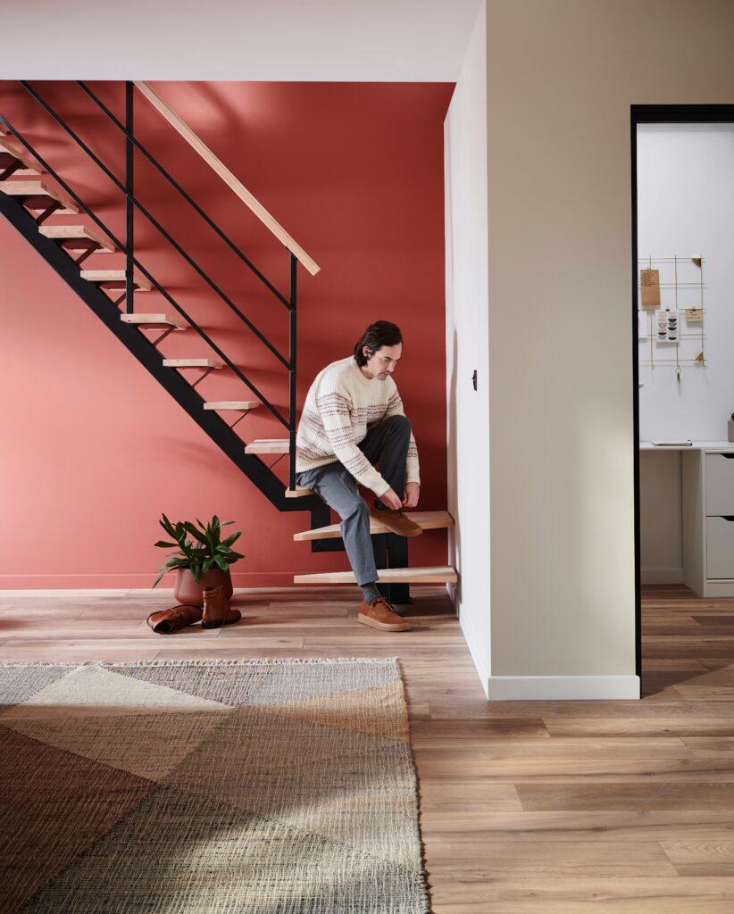 Escalier quart tournant avec un homme assis dessus
